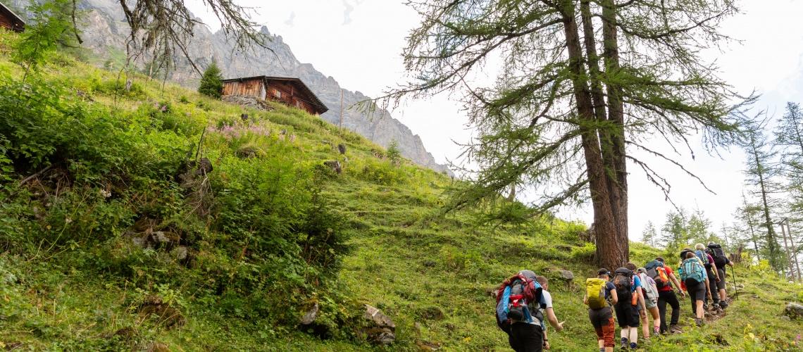 Scouts hiking to Gfellalp hut